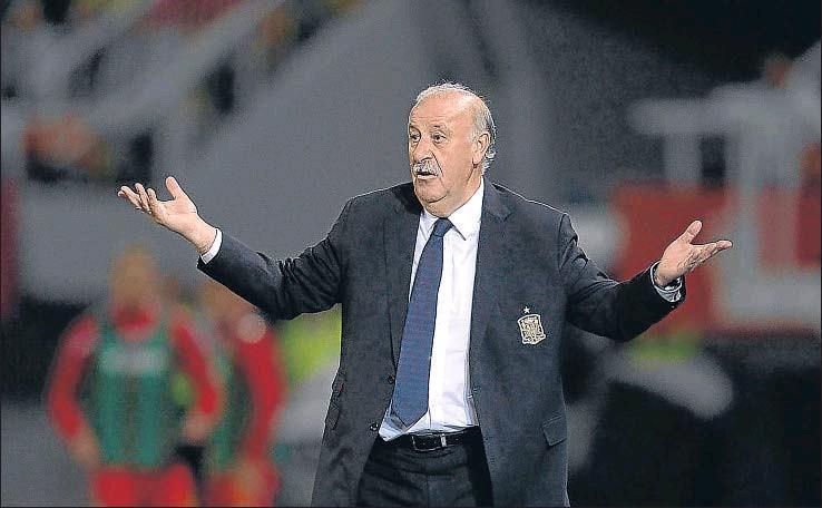 ?? NIKOLAY DOYCHINOV / AFP ?? Vicente del Bosque, el pasado martes durante el encuentro entre Macedonia y España