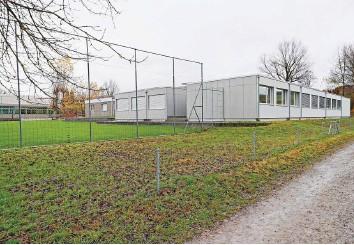 ?? Foto: Francisco Carrascosa ?? Heute findet der Unterricht der Berufsschule Bülach am Standort Schwerzgruebstrasse auch in Containerbauten statt.