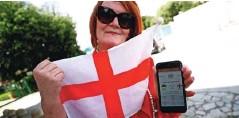 ??  ?? Privrženka Anglije z vstopnico za četrtfinalno tekmo z Ukrajino v Rimu.