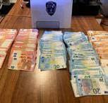 ??  ?? De politie vond ook een grote som cash geld.