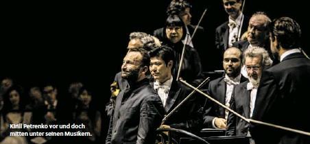 ??  ?? Kirill Petrenko vor und doch mitten unter seinen Musikern.