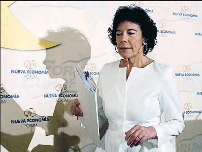 ?? MARISCAL / EFE ?? La portavoz del Gobierno español, Isabel Celaá, protagonizó ayer un desayuno informativo en Madrid