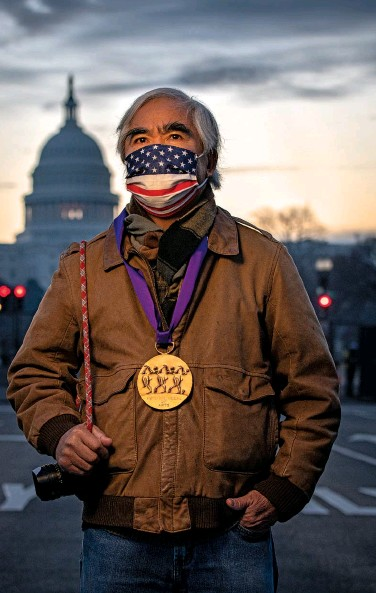 ??  ?? HEAVY MEDAL Photographer Nick Ut with the Medal of Arts he received from the president, a week after pro-trump supporters stormed the U.S. Capitol.