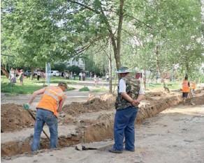 ??  ?? Подрядчики обещают справиться до осени, но работы во дворах ещё много.