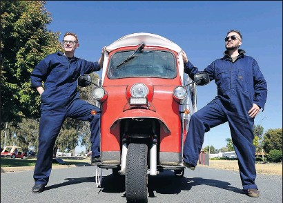?? Pictures: Rodney Braithwaite ?? Charging on: The SolarTuk Expedition is making its way up the east coast to encourage sustainable travel. Pictured above are Unbound chief executive officer Julian O'Shea and SolarTuk Expedition leader Carl Moir. Below is a three-wheeled, sun-powered tuk tuk.