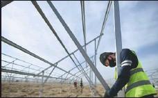 ?? ZHANG HONGXIANG / XINHUA ?? Technicians install solar energy equipment in Qinghai province.