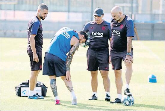 ?? FCB ?? Messi señala la zona lesionada durante el entrenamiento matinal de ayer
