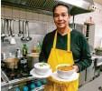 ?? Foto: Zapf‰Deniz ?? Balbir Saini stammt aus Indien und zau‰ bert in seiner Pizzeria Bel Mare fantasti‰ sche indische Gerichte.