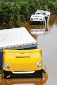 ?? Foto: dpa ?? Lastwagen stehen auf einer überfluteten Bundesstraße in Nordrhein‰westfalen im Wasser.