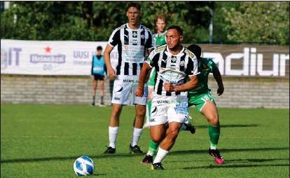 ?? MATS LUNDBERG ?? JAKTEN FORTSÄTTER. Albijon Muzaci (framtill) svarade för ett av Åbomålen då TPS på söndagen besegrade Klubi 04 i Helsingfors.