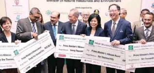 ??  ?? Wan Junaidi (centre) and PHMA organising committee chairman Tan Sri Mustafa Mansur with representatives of corporate sponsors at the sponsorship cheque presentation ceremony at the Sime Darby Convention Centre, Kuala Lumpur, yesterday.