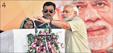 ?? ASHOK DUTTA/HT PHOTO ?? Prime Minister Narendra Modi adjusting the mike for village pradhan Durga Devi at Jayapur village in Varanasi on Friday.