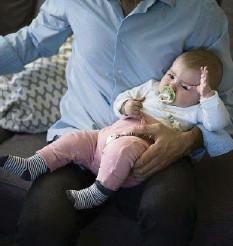 ?? KEYSTONE ?? Ein Vaterschaftsurlaub ist nicht gesetzlich geregelt.