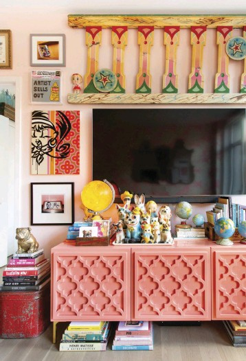 ??  ?? COLOR SURROUNDS the TV in the form of a coral credenza and a piece of railing from an old carousel.