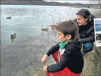 ?? INMA SAINZ DE BARANDA ?? Andoni Canela i el seu fill Unai, fotografiats divendres a l'estany de Banyoles (Pla de l'Estany)