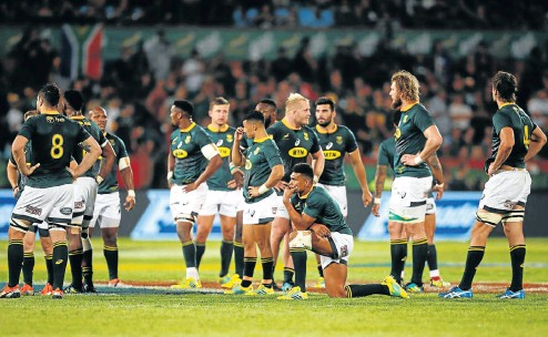 ?? Picture: Reuters ?? South African players look dejected after losing in the last minute against New Zealand at Loftus Versfeld yesterday.