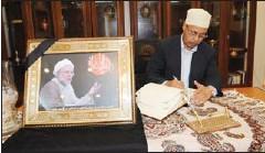??  ?? عميد السلك العربي سفير الصومال عبدالقادر شيخ يقدم واجب العزاء
