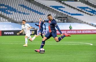 ??  ?? Atout. Avec les forfaits d'angel Di Maria et de Neymar, Kylian Mbappé sera la principale arme offensive du PSG contre le Barça.