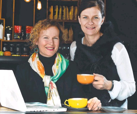 ?? Picture: ROGER WYMAN ?? CONNECTED: Stephanie Dumas and Sue Hennessy are among businesswomen using less formal spaces.
