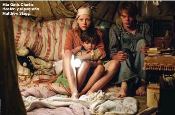 ??  ?? Mia Goth, Charlie Heaton y el pequeño Matthew Stagg.