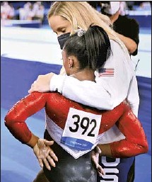 ?? Wally Skalij Los Angeles Times ?? SIMONE BILES is consoled after competing on the vault and withdrawing from competition in the women's team final.