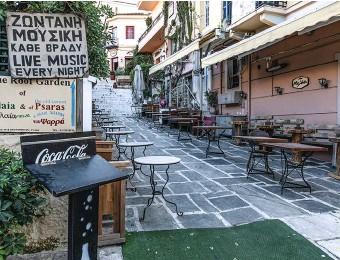??  ?? Une rue touristique aux cafés fermés, dans le quartier de l'Acropole, le 10 avril.