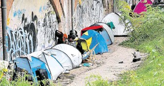 ?? Ale stany lidí bez domova v parku Tiergarten v Berlíně (snímek z 10. října). Agresivita bezdomovců většinou z východu EU narůstá a před více než měsícem vyvrcholila loupežnou vraždou známé historičky umění. FOTO PROFIMEDIA ?? To není kemp,