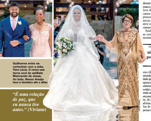 ??  ?? Guilherme entra na cerimônia com a mãe, Yara Lúcia. O noivo usa terno azul do estilista Marivando de Jesus. Ao lado, Neuza Araújo leva a herdeira até o altar.