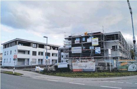 ?? FOTO: MARLENE GEMPP ?? Links ist das Gebäude C zu sehen, in dem im Erdgeschoss die Büros entstehen sollen. Rechts wird das Haus gebaut, in dem die Inklusionswohnungen sowie eine Gastronomie geplant sind.