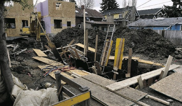 ?? JOHN LUCAS/ EDMONTON JOURNAL ?? A worker who has not been named by authorities died Tuesday while working in a trench that collapsed at an infill project at 108th Avenue and 123rd Street.