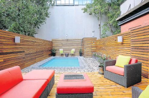 ??  ?? Ipe wood fencing and cedar deck surround a heated saltwater pool in the Zen urban backyard.