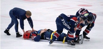 ?? Bild: JARI VÄLITALO/ARKIV ?? SLUTSPELAT. Anton Malmberg förs av isen under överinseende av Hammers sjuksköterska Malin Fredriksson. Nu har läkardomen kommit: inget mer ishockeyspel under den här säsongen.