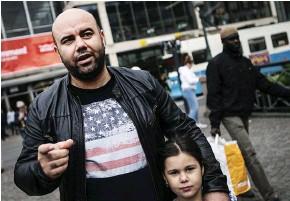??  ?? Walid Kogar med dottern Nyda tycker att Västtrafikkortet är för dyrt och tar hellre bilen.