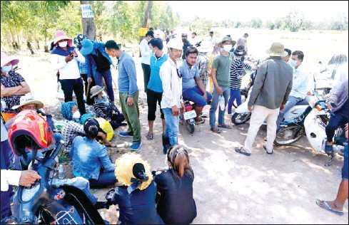 ?? HENG CHIVOAN ?? Protests took place at Chamkar Barang lasting three days recently as villagers there tried to block bulldozers.