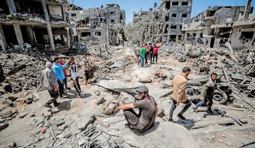 ?? EFE ?? Cientos de civiles salen de Gaza con lo poco que pueden rescatar de los escombros de sus hogares