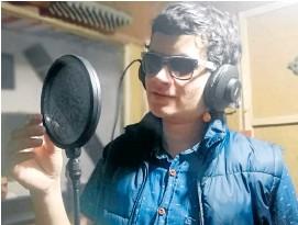 ?? Foto | Cortesía de Santiago Reinosa | LA PATRIA ?? Santiago Reinosa, estudiante de la Normal de Anserma, durante las sesiones de grabación de sus canciones.
