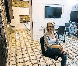?? XAVIER GÓMEZ ?? Montse Pérez en su piso de la Barceloneta el miércoles pasado cuando tuvo que alquilarlo a través de Airbnb para recuperarlo de su inquilino