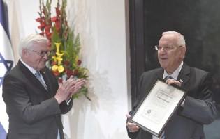?? (Koby Gideon/GPO) ?? GERMAN PRESIDENT Frank-Walter Steinmeier applauds as President Reuven Rivlin displays his father's university diploma from the University of Frankfurt.