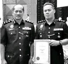 ??  ?? Stanley (left) and Herman with the award certificate presented to Sibu Central police station by the deputy prime minister during the event at PDRM College in Kuala Lumpur.