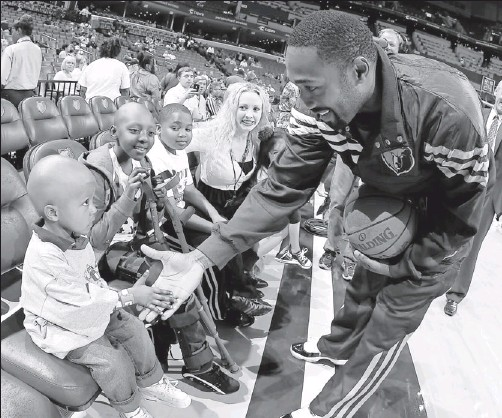 ?? By Joe Murphy, NBAE, via Getty Images ?? Meet and greet: Gilbert Arenas, meeting children from the Hoops for St. Jude program before a March 27 game in Memphis, is comfortable with coach Lionel Hollins.