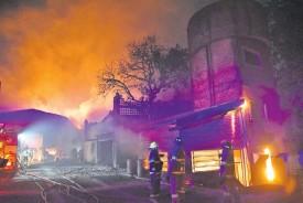 ??  ?? Bomberos voluntarios de Asunción y Lambaré trabajaron arduamente para evitar que las llamas provoquen más destrozos y vayan hacia las casas.
