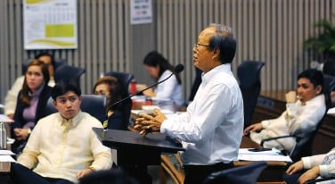 ??  ?? DR. MICHAEL Manalaysay of Anak Kaugmaon Foundation, appeals to exempt from tax its Aug. 24 concert for the benefit of pediatric patients admitted at the Southern Philippines Medical Center during the council session on Tuesday. BING GONZALES