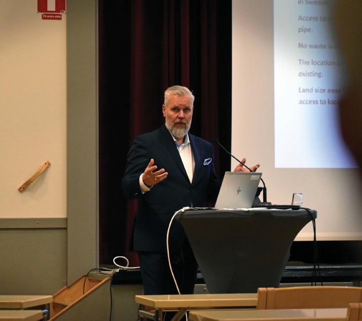 ?? Bild: Niclas Jonasson ?? Roy Høiås, vd för Quality salmon, under onsdagens informationsträff på Folkets hus.