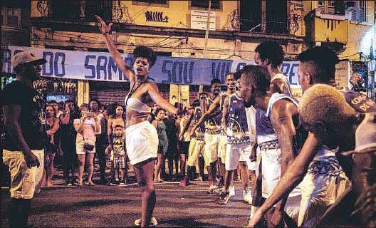 ?? YASUYOSHI CHIBA / AFP ?? Ensayos. La bailarina francesa Maryam Kaba baila en el último ensayo de la escola de samba Unidos de Vila Isabel en las calles de Río, el domingo