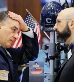 ??  ?? Η Wall Street είχε τη χειρότερή της εβδομάδα από τον Οκτώβριο του 2008, με τους Dow Jones Ind. Average και S&P 500 να βουλιάζουν περισσότερο από 4% την Παρασκευή.