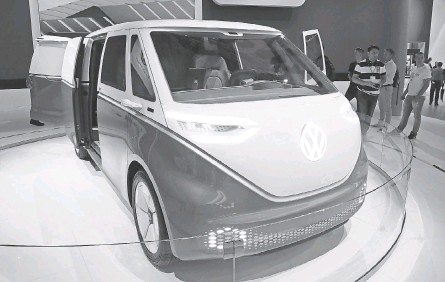 ?? FOCKE STRANGMANN/ EPA- EFE ?? A Volkswagen ID Buzz concept van.