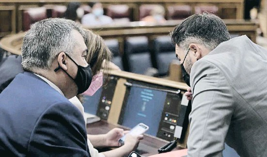 ??  ?? Adriana Lastra y Santos Cerdán con Gabriel Rufián durante la sesión de ayer en el Congreso de los Diputados