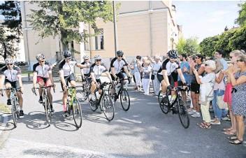 """?? Foto: Dirk Knofe ?? Entspannte Zieleinfahrt: Das Team """"Bike for Charity""""wird bei seiner Ankunft vor dem Haus 9 des St.-georg-klinikums von Freunden, Verwandten und Unterstützern gefeiert."""