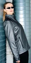 ??  ?? Capsule La giacca sportiva 2004 in grafene, qui nella versione femminile, della capsule di Directa Plus che comprende anche una tshirt tecnica con circuito termico, sia per lui che per lei, e la mascherina