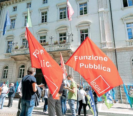 ?? (Pretto) ?? In piazza I lavoratori del pubblico impiego ieri durante la manifestazione organizzata davanti alla Provincia